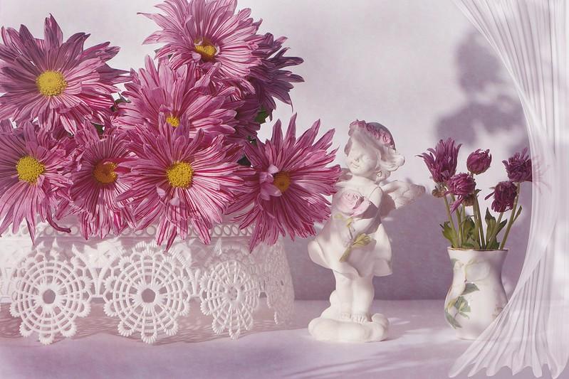 Обои цветы, ваза, статуэтка, розовые, хризантемы картинки на рабочий стол, раздел цветы - скачать