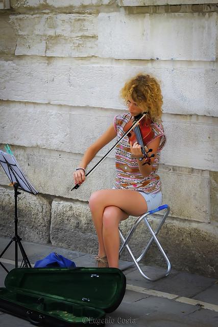Violinista in...gamba / Violinist in ... leg