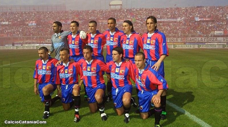 La formazione del Catania scesa in campo contro il Taranto il 2 giugno 2002. In piedi da sx verso dx: Iezzo, Baronchelli, Fini, Cordone, Cicconi e Zeoli. In basso da sx verso dx De Martis, Bussi, Baggio, Amoruso e  Pane