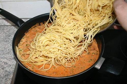 09 - Spaghetti in Sauce geben / Put spaghetti in sauce