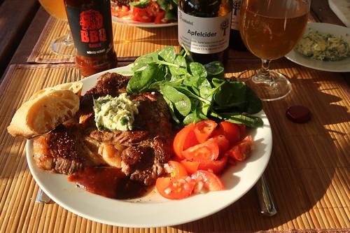 Entrecôte mit Kräuterbutter, Löwen BBQ Sauce, Tomatensalat, Spinatsalat und Baguette
