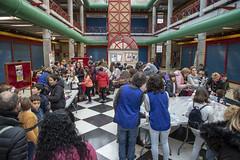 Más de 150 niñas y niños ermuarras de todas las edades han participado este pasado lunes en las actividades científicas de la Plaza del Mercado.