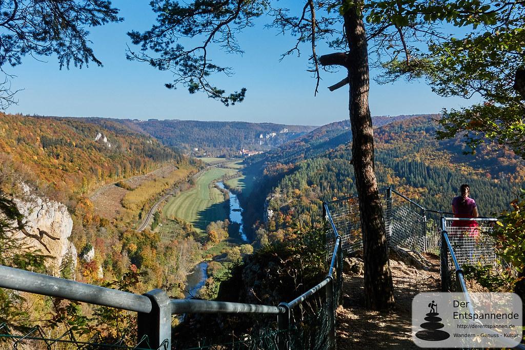 Blick vom Knopfmacherfelsen aufs Donautal und zum Kloster Beuron