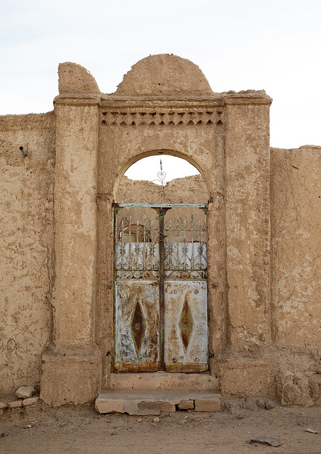 Old gate of an abandonned mudbrick house, Northern State, Al-Khandaq, Sudan