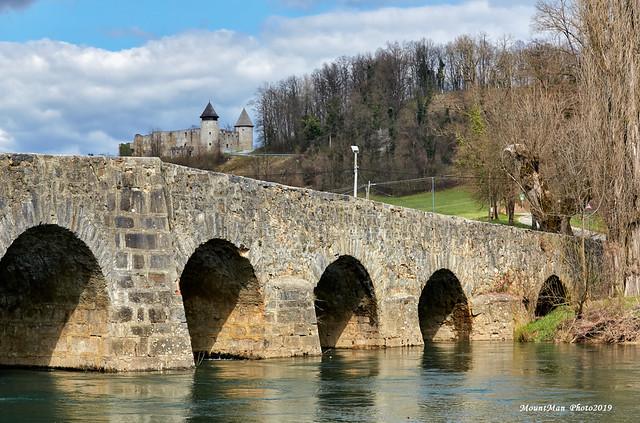 Novigrad na Dobri - frankopanski kaštel i stari kameni most