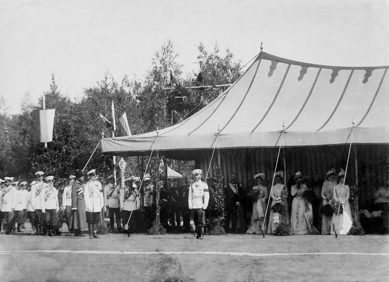 1910.  Полк марширует мимо Николая II