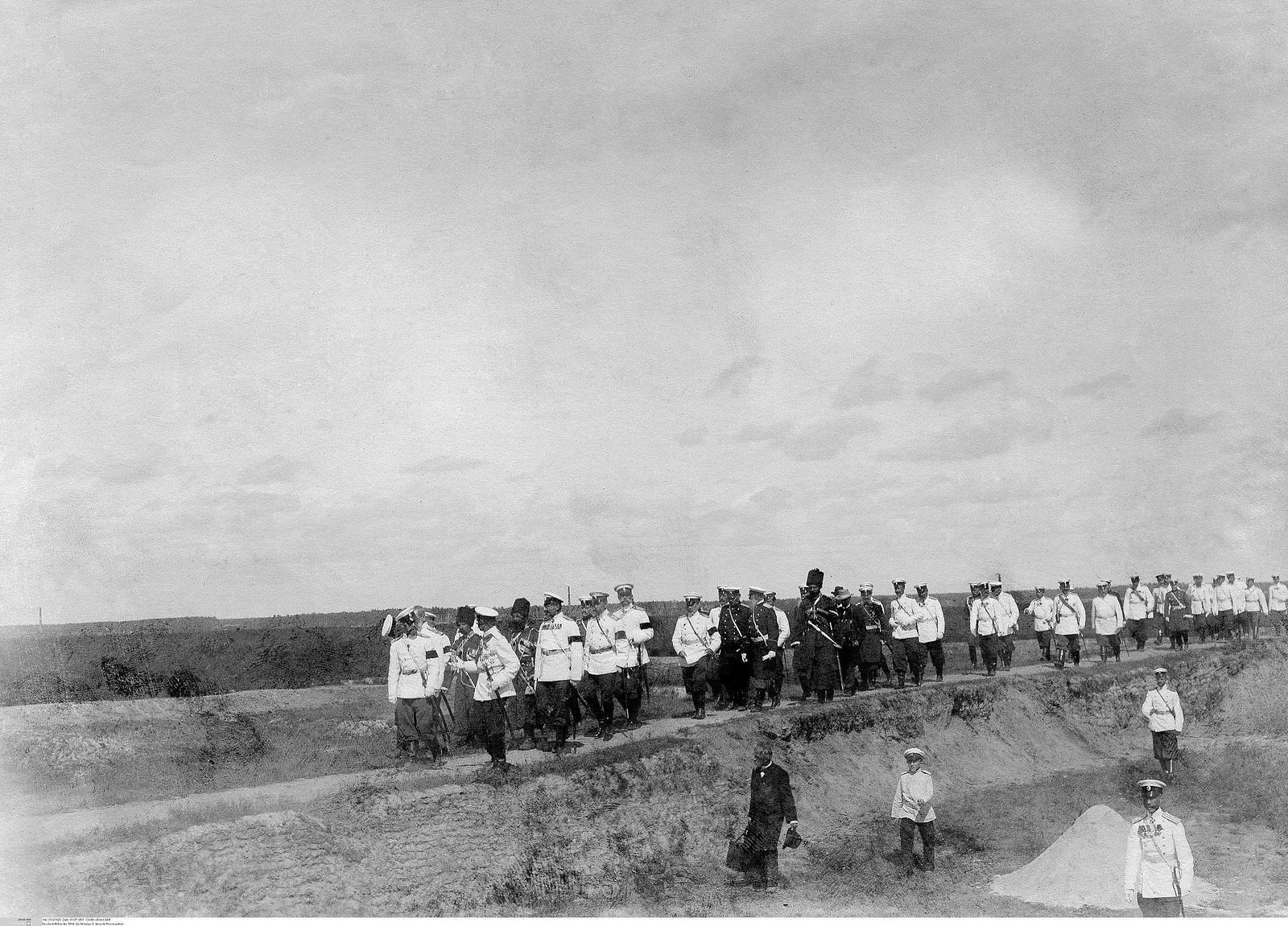 1900. Николай II со свитой на маневрах в Усть-Ижорском военном лагере (2)