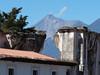 Antigua Guatemala, ruiny Convento de Concepción, vzadu Fuego, foto: Petr Nejedlý