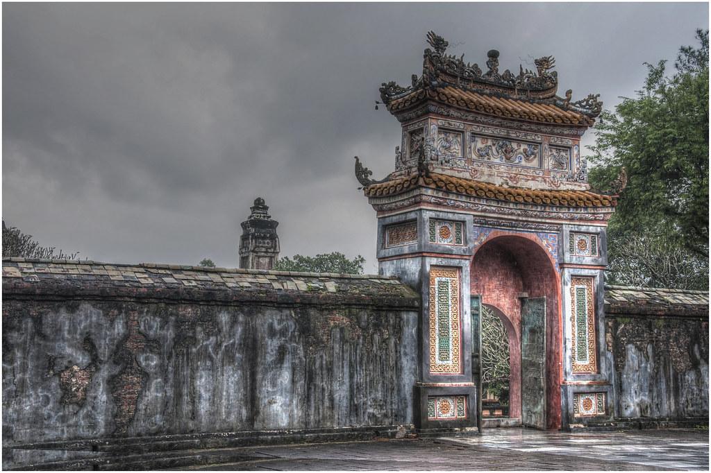 2270- UNO DE LOS ACCESOS AL MAUSOLEO DE TU DOC EN HUE - VIETNAM -