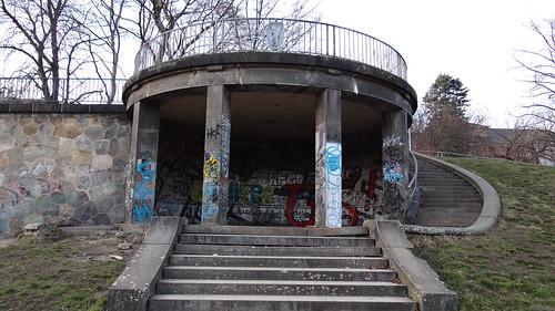 Die Liebe zur Graffiti  winkte mir in ihre Haine ein Wollustlächeln schwamm um die Natur, die Brunnen sprachen und des Felsens Steine, und tausend Leben webten in der Flur bei Dresden 2147