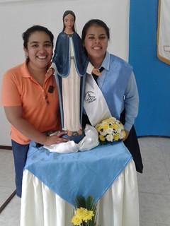 Jazmina junto a la Virgen con una amiga