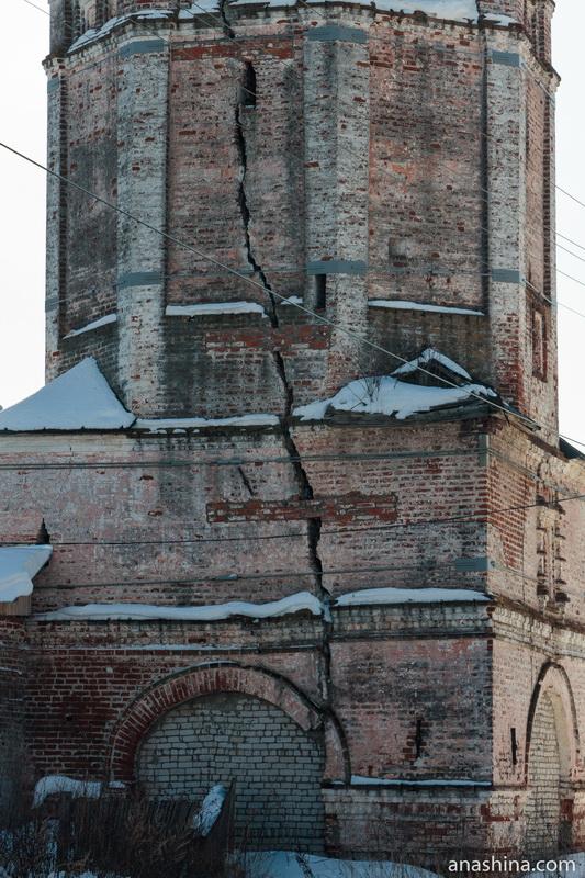 Огромная трещина в стене колокольни, Солигалич