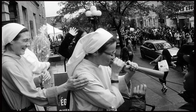 Les Soeurs de St-Sacrament de Vuvuzela d'encourager la manif CLASSE - Sisters of St-Sacrament of Vuvuzela cheer on the CLASSE demonstration