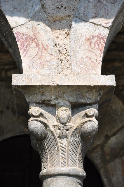 Queralbs. Parish church of St. James. Capital of the porch and traces of polychromy on the arch. 12th. C.
