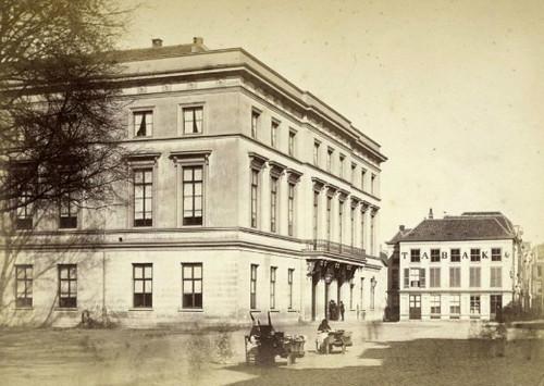 Gezicht op het Gebouw voor Kunsten en Wetenschappen aan de Mariaplaats. Foto gemaakt tussen 1867 en 1872. Coll. Het Utrechts Archief.