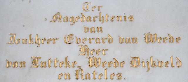 Op deze detailfoto van het grafbord zien we de naam en heerlijkheden van Jonkheer Van Weede van Dijkveld vermeldt. Foto: Anna van Kooij.