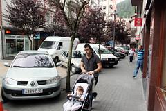 Los/as peatones tienen que andar con cuidado entre los coches