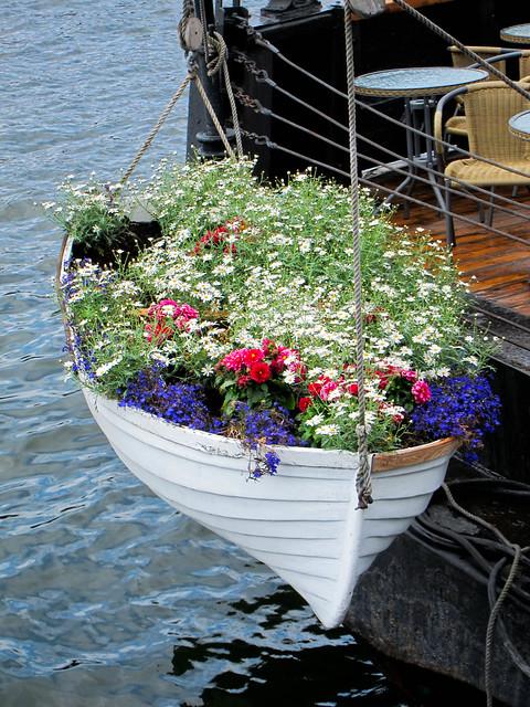 Ship of fleurs