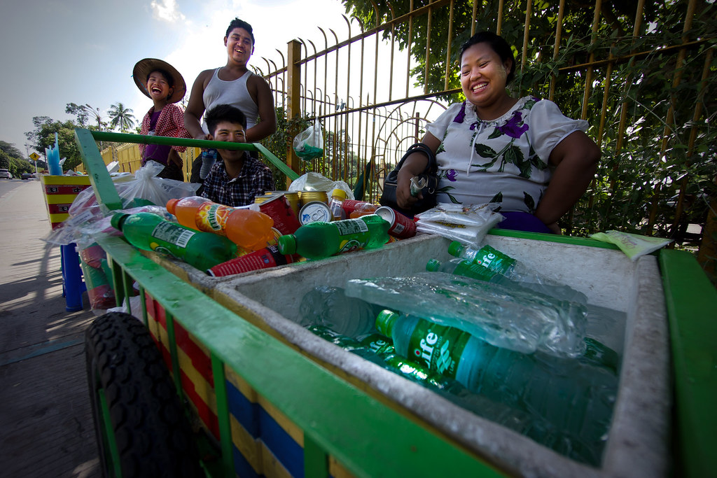 Juomakauppias Yangonissa, Myanmar