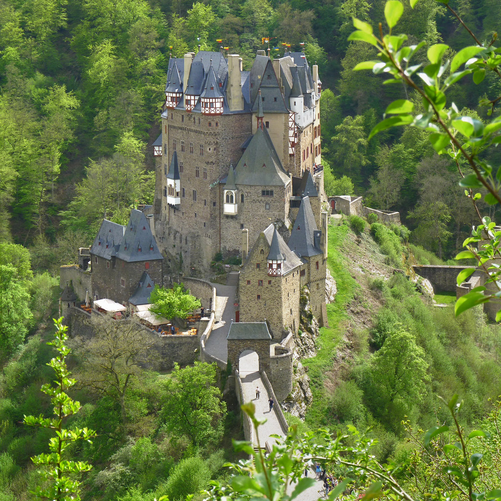 The solitude and beauty of Eltz castle | © all rights reserv