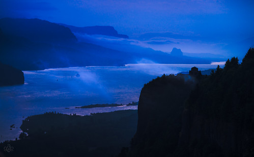 blue oregon washington twilight unitedstates layers nikkor columbiarivergorge corbett 80400mm vistahouse beaconrock womensforum fav10 nationalscenicarea oregonstateparks layeredlandscape twilightdawn