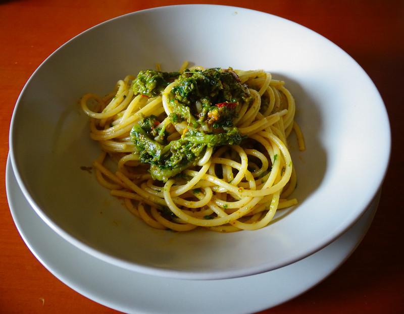 Spaghetti sfritti con polvere rossa e broccoli.