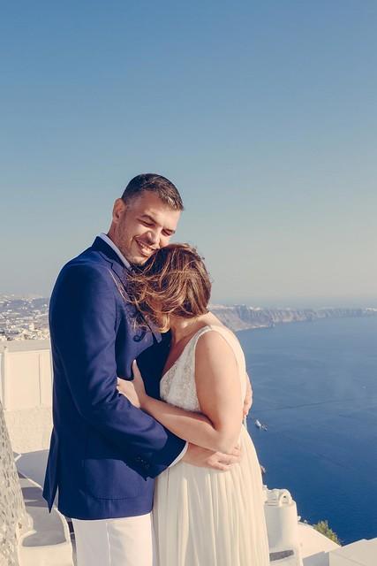 0024 #santorinigreece #santoriniphotographer #weddinginsantorini #bride #santoriniphotoshoot #destinationphotographer #destinationwedding #bridalinspiration #greeceweddingphotographer #jennyair
