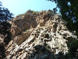 :Remontée dans la brèche : les parois en RD à la fin amont du canyon