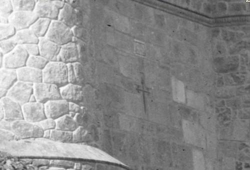 Detalle de la fachada del picadero militar en el siglo XIX. Fotografía de Casiano Alguacil ampliada. Prueba del Expolio de restos visigóticos | by eduardoasb