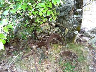 Remontée du Carciara : restes de câbles métalliques le long du chemin après la brèche