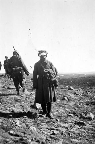 En russisk soldat er bandasjert og tatt til fange