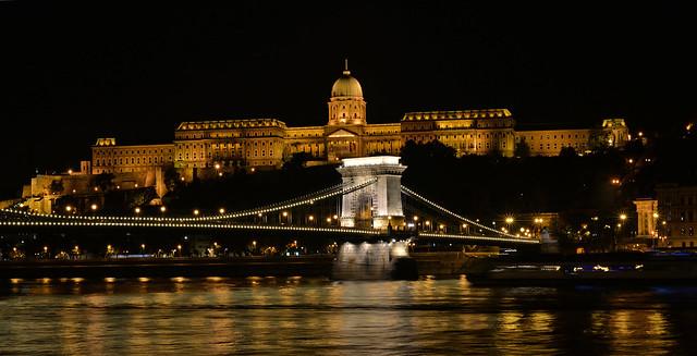 Széchenyi Chain Bridge (Széchenyi lánchíd) and Buda Castle (Budavári Palota), Budapest, Hungary