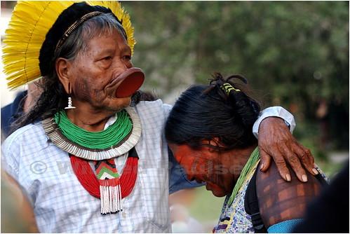 _MG_2077 Cacique Raoni (Raoni Metuktire) Caiapó de 82 anos confortando uma parente aflita na Kari-Oca 2012 hoje domingo dia 17 de junho em Jacarepagua, Rio de Janeiro, Brasil.