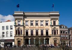 <p>Monumentaal front Winkel van Sinkel. Foto: Anna van Kooij</p>