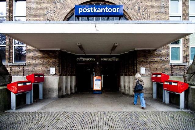 Ingang van het voormalige postkantoor aan het Neude. Foto: Ramon Mosterd.