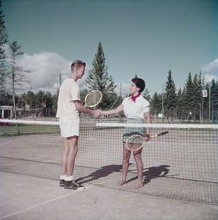 Grant Moore and Alex Groetaers shake hands on tennis courts at Waskesin, Prince Albert National Park, Saskatchewan / Grant Moore et Alex Groetaers se serrent la main sur le terrain de tennis à Waskesiu, au parc national de Prince Albert, en Saskatche