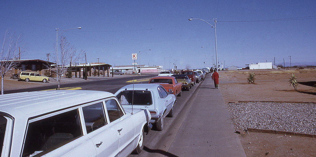 cars lined up to buy gas in 1974