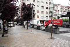 Los camiones de reparto de proveedores entran en la propia plaza