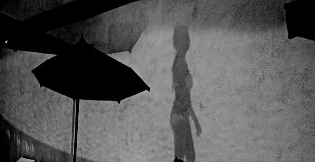 Shadow on the wall - L'ombre de la piscine
