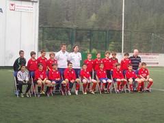 En la imagen se puede ver a los integrantes de la Escuela de fútbol de Ermua.