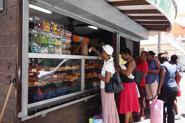 月, 2016-07-18 10:33 - 市場前のパン屋。なぜか大人気