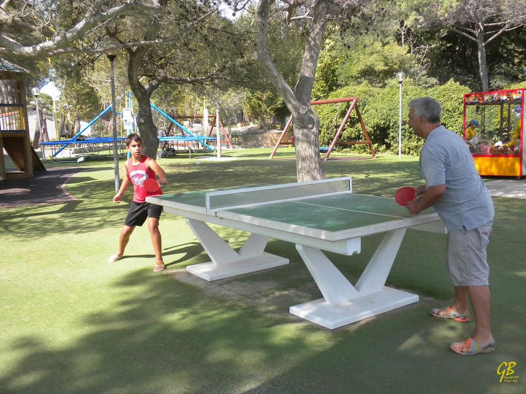 20120810_N5697a_Alberto e Paolo giocano a ping pong - Camping Pino Mare, Lignano Riviera, UD