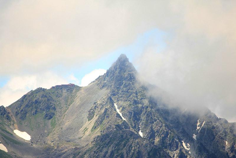 雲から現れる槍ヶ岳