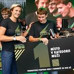 Vítěz mužské kategorie Ondřej Fejfar přebírá ocenění z rukou dvojnásobné olympijské vítězky Barbory Špotákové, foto: Nike