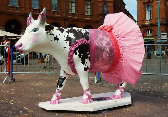 cow parade Toulouse, place du Capitole: cow 8 ballerina cow de tiany andriamasomanana, sponsor : mac donalds