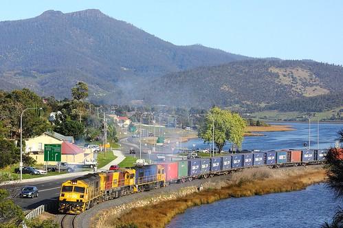 train australia tasmania ee causeway bridgewater freighttrain zp 2100 thecauseway 335 englishelectric granton goodstrain diesellocomotive tasrail no35 canoneos550d zp2100 trainsintasmania zpclass stevebromley