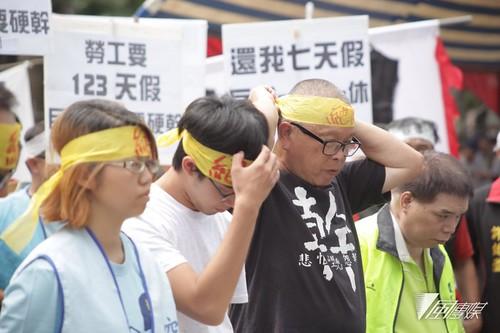 圖02.全國工業總會發表2016年白皮書的同時,抗議「一例一休」的勞團也展開絕食抗議。