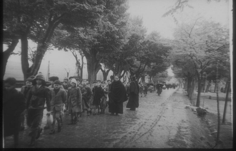Paseo de la Rosa en 1942, alumnos del Colegio de San Antón. Fotografía de Santos Yubero © Archivo Regional de la Comunidad de Madrid,fondo fotográfico