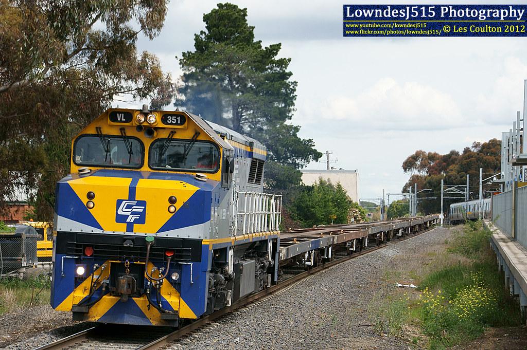 VL351 at Craigieburn by LowndesJ515