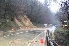 En la imagen se puede ver otro de los desprendimientos que han tenido lugar en la carretera nacional en la subida de Areitio.